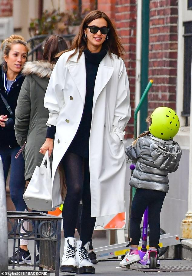 'Chân dài' Irina Shayk xinh đẹp, rạng rỡ đi mua sắm cùng mẹ Ảnh 2