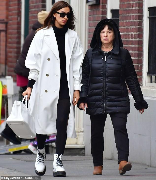 'Chân dài' Irina Shayk xinh đẹp, rạng rỡ đi mua sắm cùng mẹ Ảnh 1