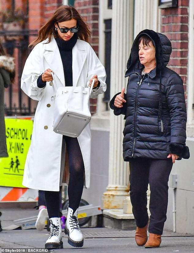'Chân dài' Irina Shayk xinh đẹp, rạng rỡ đi mua sắm cùng mẹ Ảnh 3