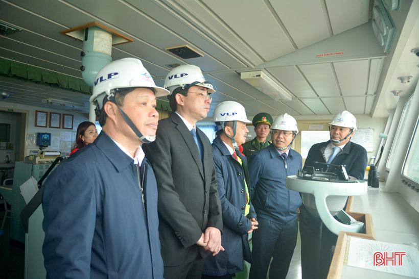 Phó Chủ tịch UBND tỉnh Hà Tĩnh chúc mừng chuyến tàu cập cảng Vũng Áng đầu năm mới Ảnh 3