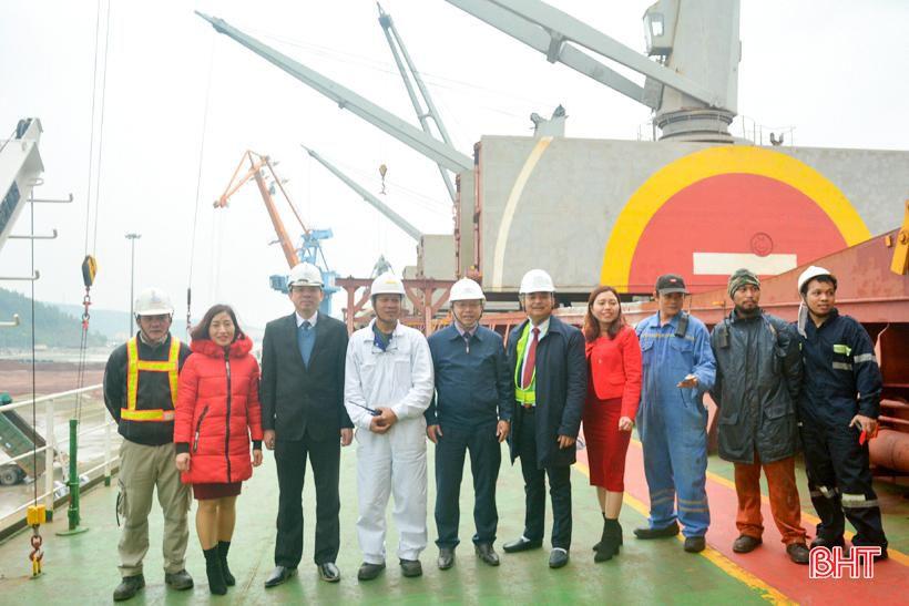 Phó Chủ tịch UBND tỉnh Hà Tĩnh chúc mừng chuyến tàu cập cảng Vũng Áng đầu năm mới Ảnh 5