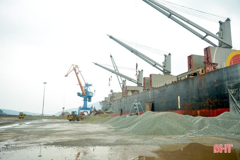 Phó Chủ tịch UBND tỉnh Hà Tĩnh chúc mừng chuyến tàu cập cảng Vũng Áng đầu năm mới Ảnh 1