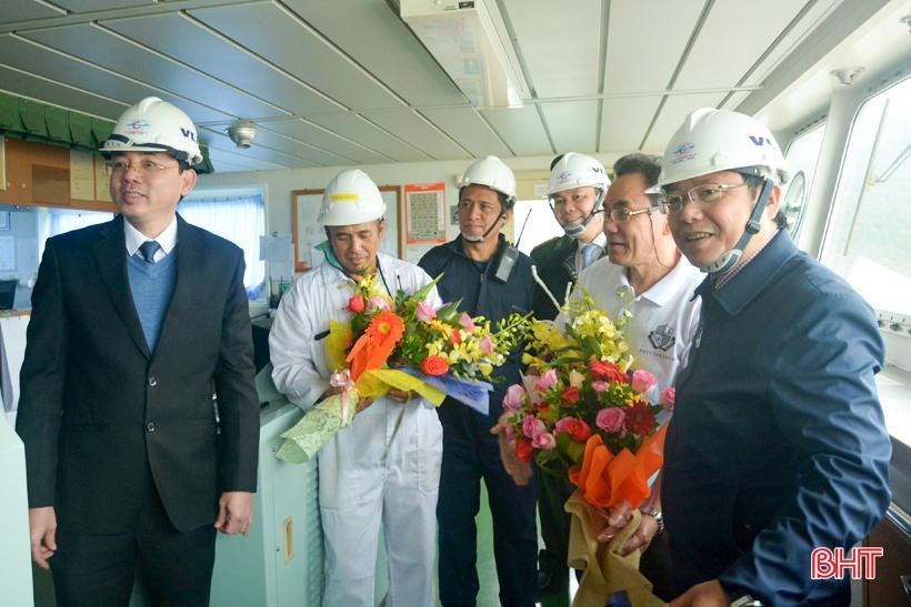 Phó Chủ tịch UBND tỉnh Hà Tĩnh chúc mừng chuyến tàu cập cảng Vũng Áng đầu năm mới Ảnh 4