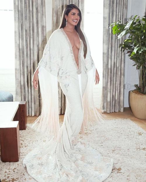 Đằng sau chiếc váy xẻ sâu tới eo của Hoa hậu Thế giới Ảnh 1