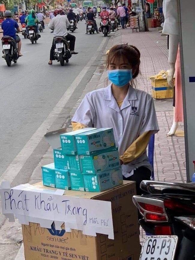 Người trẻ Sài Gòn phát khẩu trang y tế miễn phí giúp người đi đường phòng dịch Ảnh 1