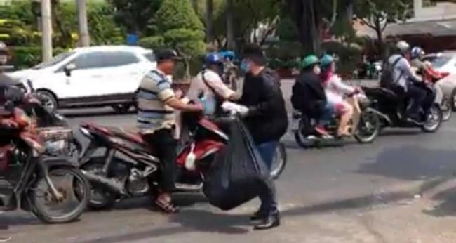 Người trẻ Sài Gòn phát khẩu trang y tế miễn phí giúp người đi đường phòng dịch Ảnh 2