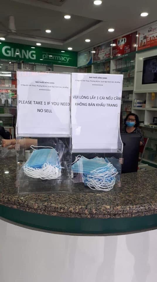 Người trẻ Sài Gòn phát khẩu trang y tế miễn phí giúp người đi đường phòng dịch Ảnh 3