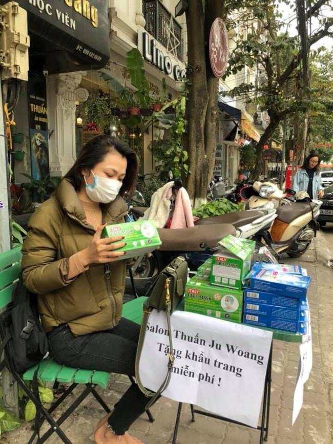 Người trẻ Sài Gòn phát khẩu trang y tế miễn phí giúp người đi đường phòng dịch Ảnh 4