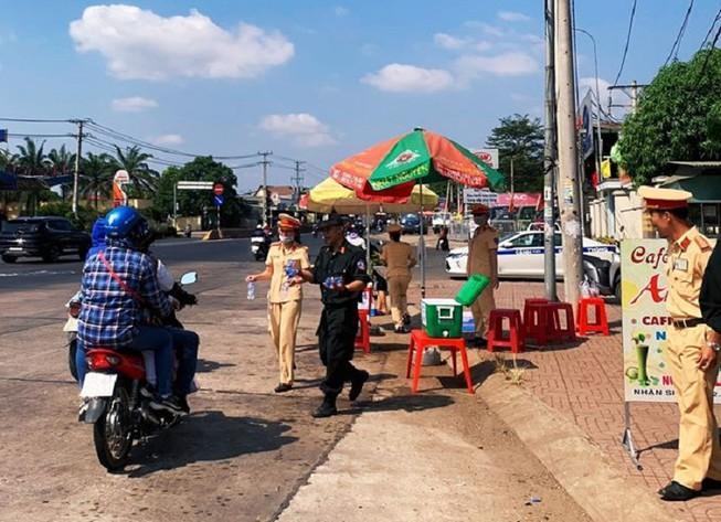 Công an Đồng Nai tặng 15.000 chai nước suối cho người đi đường Ảnh 1