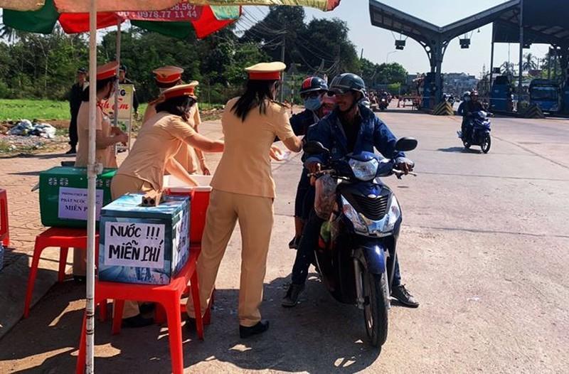 Công an Đồng Nai tặng 15.000 chai nước suối cho người đi đường Ảnh 2