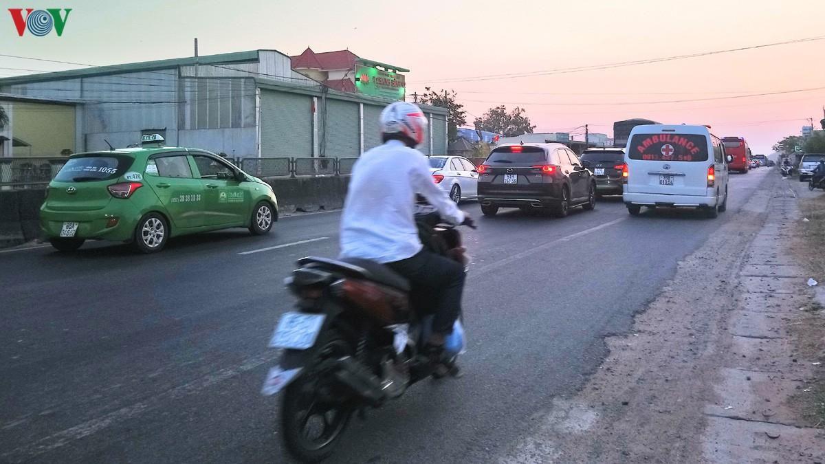 Ùn tắc nghiêm trọng Quốc lộ 1A, trạm thu phí Sông Phan xả trạm Ảnh 1