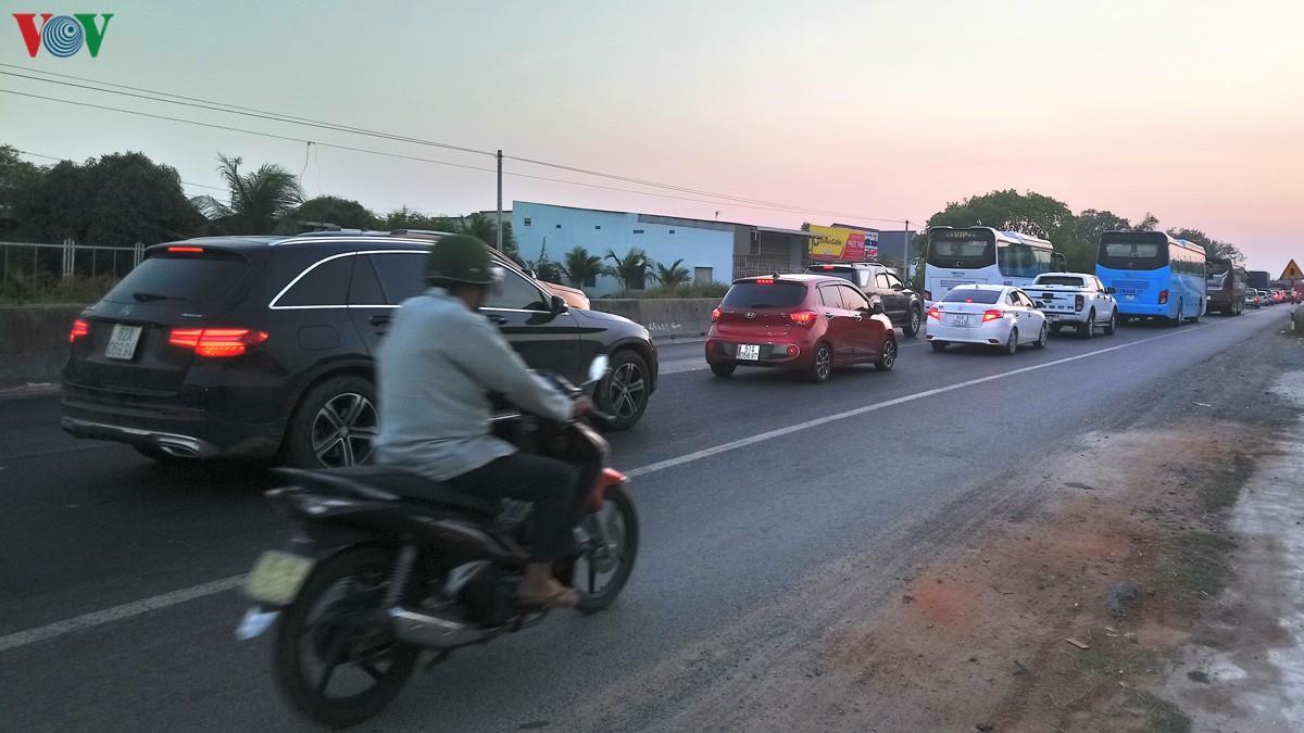 Ùn tắc nghiêm trọng Quốc lộ 1A, trạm thu phí Sông Phan xả trạm Ảnh 3