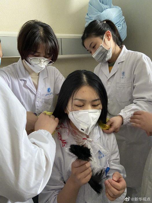 31 y tá tình nguyện cắt tóc để tiện chăm sóc bệnh nhân tại Vũ Hán Ảnh 3