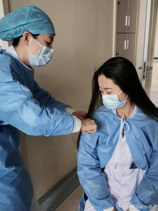 31 y tá tình nguyện cắt tóc để tiện chăm sóc bệnh nhân tại Vũ Hán Ảnh 6