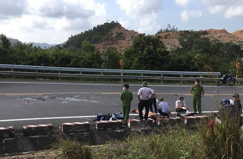Xe máy vượt xe tải trên đèo Cả, 2 người tử nạn Ảnh 2