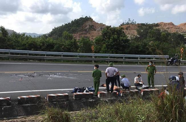 Xe máy vượt xe tải trên đèo Cả, 2 người tử nạn Ảnh 1