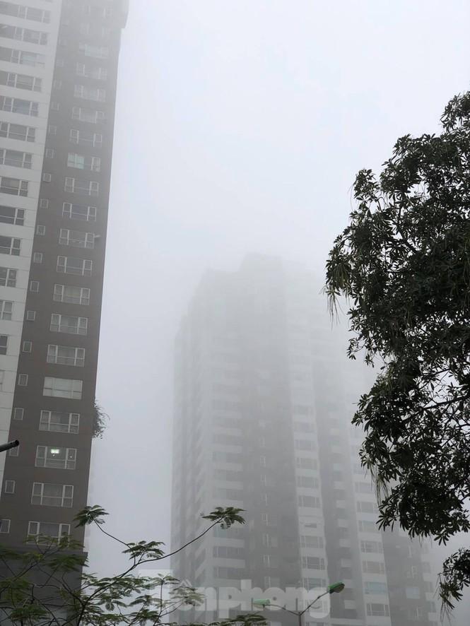 Thời tiết nồm ẩm, trời mù, tầm nhìn hạn chế trong ngày đầu tuần Ảnh 3