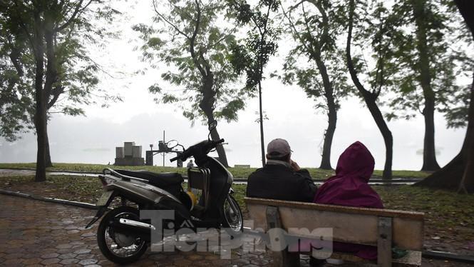 Thời tiết nồm ẩm, trời mù, tầm nhìn hạn chế trong ngày đầu tuần Ảnh 11