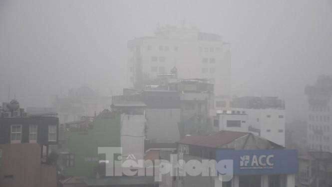 Thời tiết nồm ẩm, trời mù, tầm nhìn hạn chế trong ngày đầu tuần Ảnh 1
