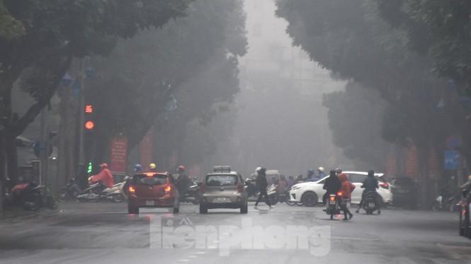 Thời tiết nồm ẩm, trời mù, tầm nhìn hạn chế trong ngày đầu tuần Ảnh 2