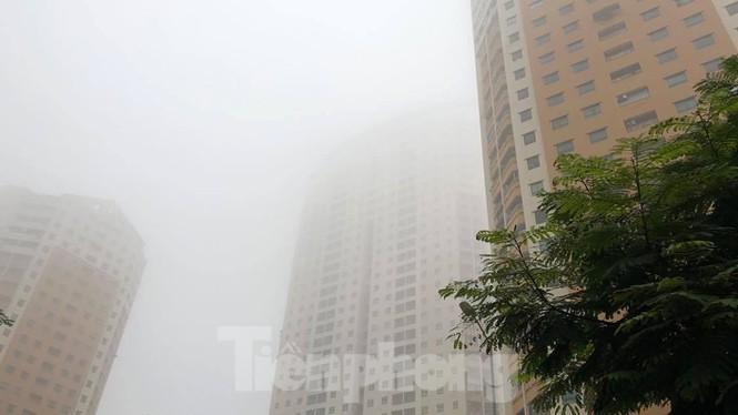 Thời tiết nồm ẩm, trời mù, tầm nhìn hạn chế trong ngày đầu tuần Ảnh 8