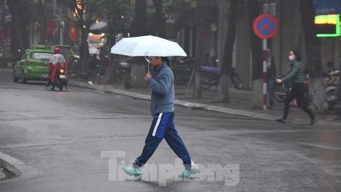 Thời tiết nồm ẩm, trời mù, tầm nhìn hạn chế trong ngày đầu tuần Ảnh 6