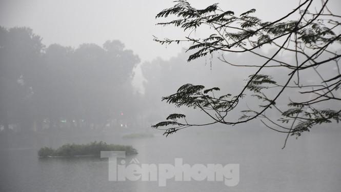 Thời tiết nồm ẩm, trời mù, tầm nhìn hạn chế trong ngày đầu tuần Ảnh 10