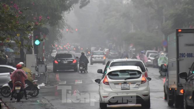 Thời tiết nồm ẩm, trời mù, tầm nhìn hạn chế trong ngày đầu tuần Ảnh 13