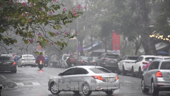 Thời tiết nồm ẩm, trời mù, tầm nhìn hạn chế trong ngày đầu tuần Ảnh 5