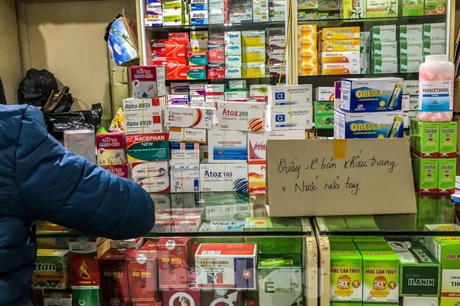 Giữa cơn sốt, chợ thuốc Hapulico đồng loạt treo biển 'không bán khẩu trang' Ảnh 7