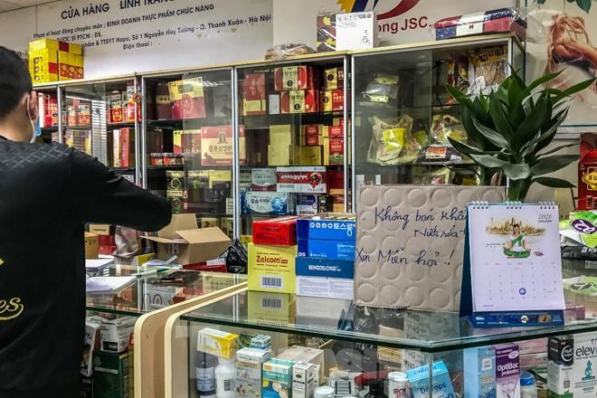 Giữa cơn sốt, chợ thuốc Hapulico đồng loạt treo biển 'không bán khẩu trang' Ảnh 4