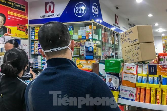 Giữa cơn sốt, chợ thuốc Hapulico đồng loạt treo biển 'không bán khẩu trang' Ảnh 1