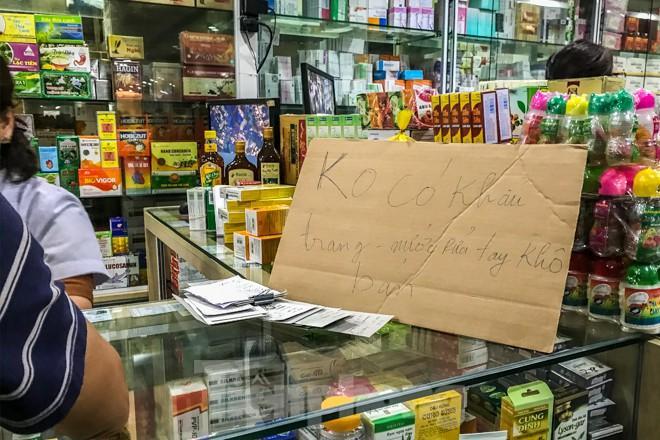 Giữa cơn sốt, chợ thuốc Hapulico đồng loạt treo biển 'không bán khẩu trang' Ảnh 2