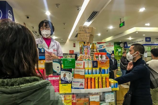 Giữa cơn sốt, chợ thuốc Hapulico đồng loạt treo biển 'không bán khẩu trang' Ảnh 3