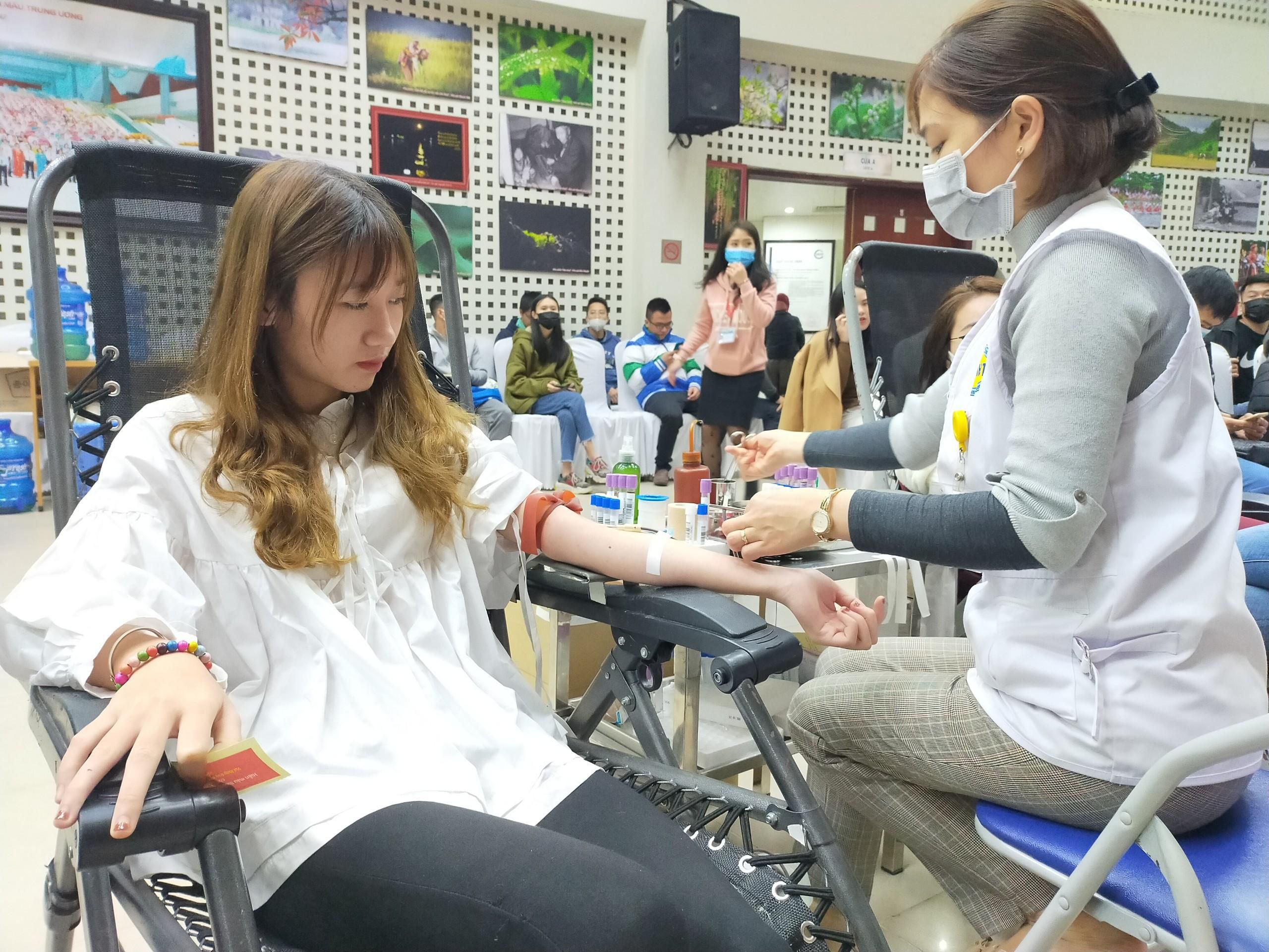 Bệnh viện thiếu máu, bạn trẻ không ngại dịch corona hiến máu tình nguyện Ảnh 1