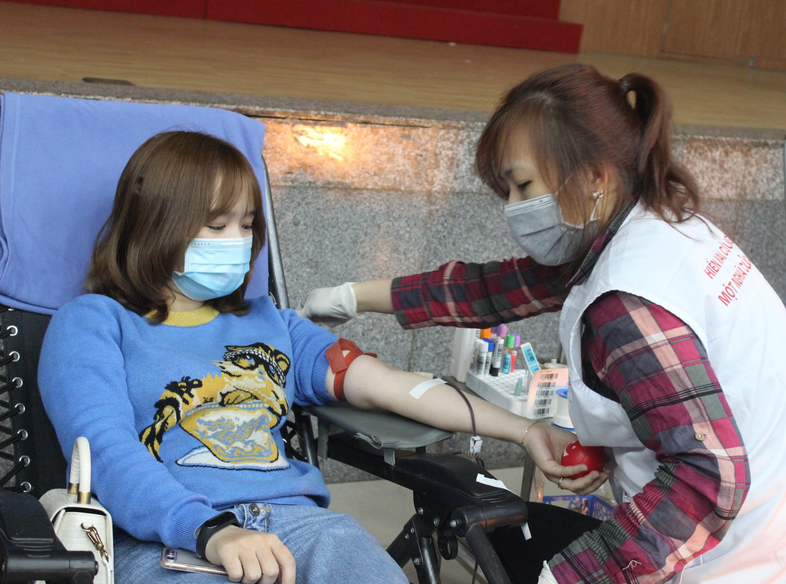 Bệnh viện thiếu máu, bạn trẻ không ngại dịch corona hiến máu tình nguyện Ảnh 7