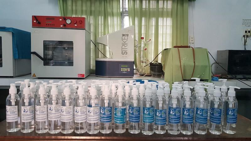 Đà Nẵng: Trường đại học tự chế nước rửa tay phòng dịch Corona Ảnh 3