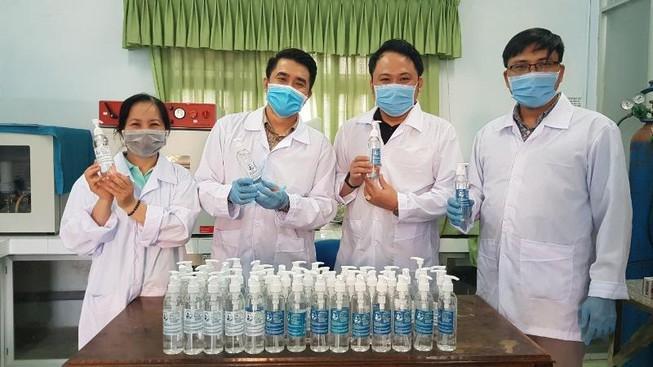 Đà Nẵng: Trường đại học tự chế nước rửa tay phòng dịch Corona Ảnh 1