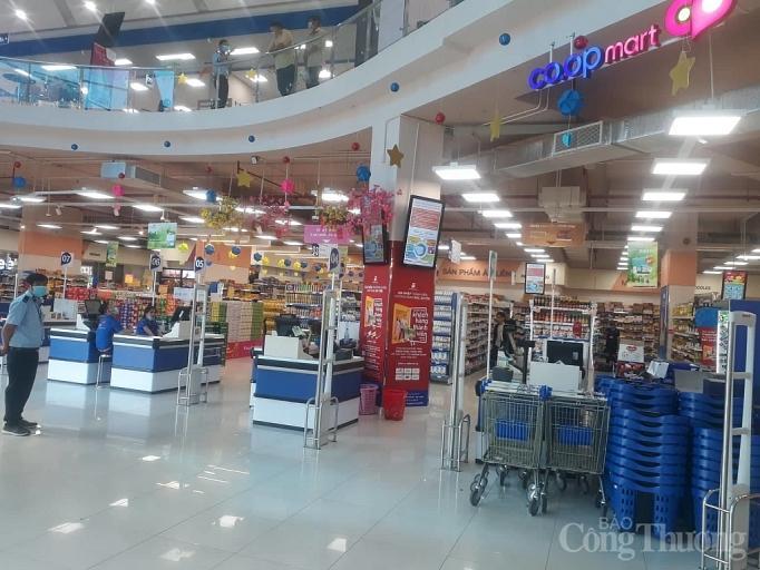 Nhiều điểm vui chơi, mua sắm ở Sài Gòn vắng vẻ vì dịch corona Ảnh 13