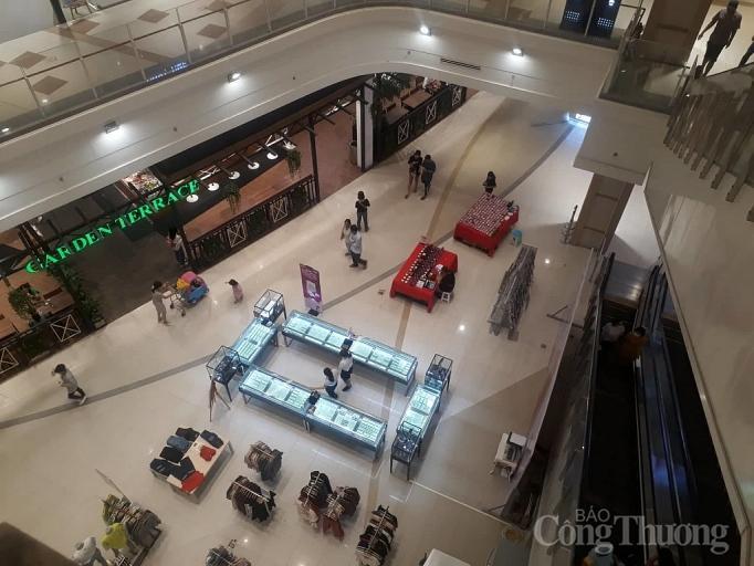 Nhiều điểm vui chơi, mua sắm ở Sài Gòn vắng vẻ vì dịch corona Ảnh 6