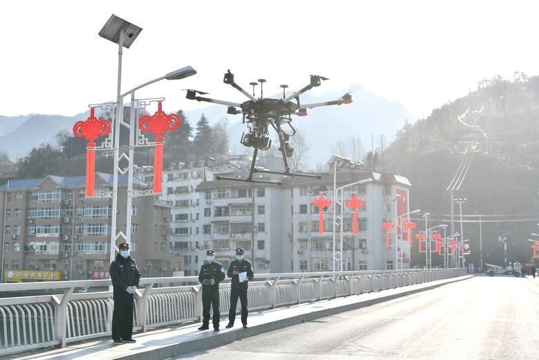 Trung Quốc dùng máy bay không người lái ngăn ngừa virus corona Ảnh 1