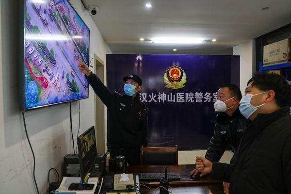 Một ngày làm việc của vợ chồng cảnh sát - y tá giữa mùa dịch ở Vũ Hán Ảnh 1