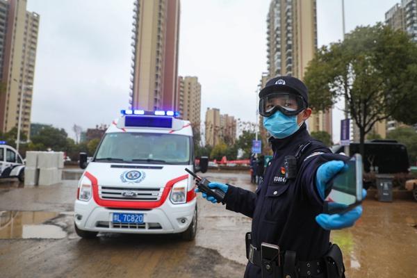 Một ngày làm việc của vợ chồng cảnh sát - y tá giữa mùa dịch ở Vũ Hán Ảnh 3