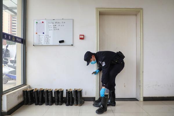 Một ngày làm việc của vợ chồng cảnh sát - y tá giữa mùa dịch ở Vũ Hán Ảnh 2