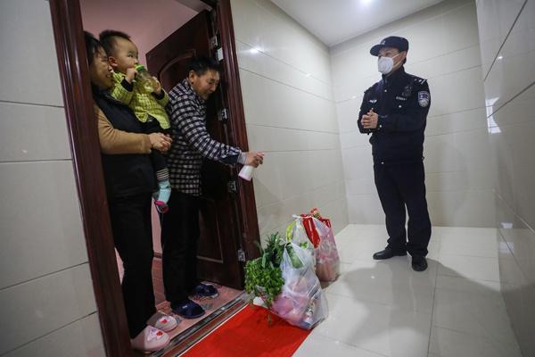 Một ngày làm việc của vợ chồng cảnh sát - y tá giữa mùa dịch ở Vũ Hán Ảnh 6