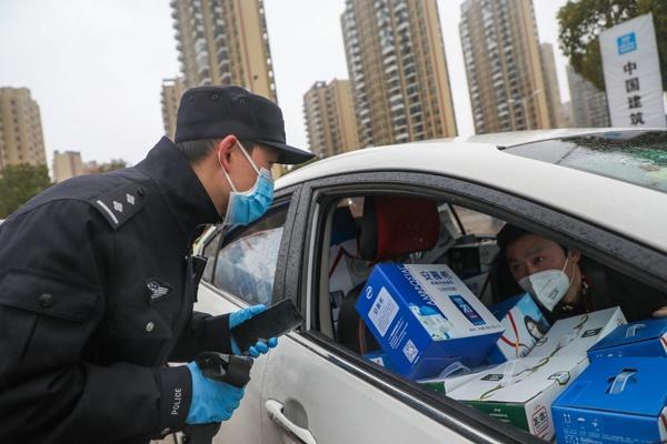 Một ngày làm việc của vợ chồng cảnh sát - y tá giữa mùa dịch ở Vũ Hán Ảnh 4