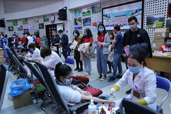 Hình ảnh đẹp, hàng nghìn người xếp hàng giải cứu thiếu máu Ảnh 9