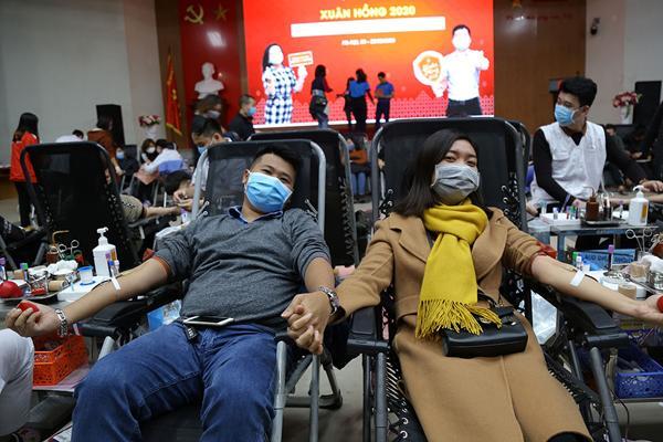 Hình ảnh đẹp, hàng nghìn người xếp hàng giải cứu thiếu máu Ảnh 4