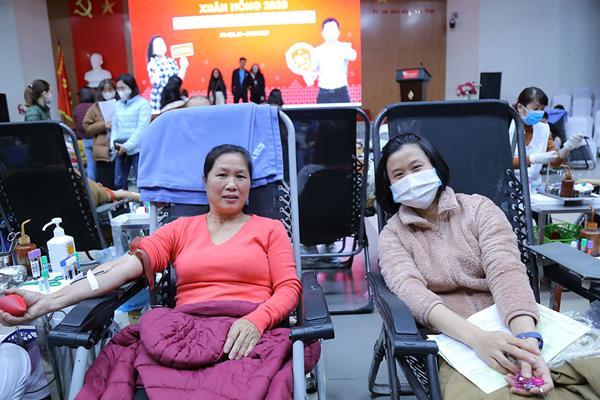 Hình ảnh đẹp, hàng nghìn người xếp hàng giải cứu thiếu máu Ảnh 3