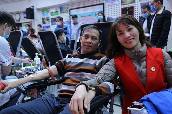 Hình ảnh đẹp, hàng nghìn người xếp hàng giải cứu thiếu máu Ảnh 5